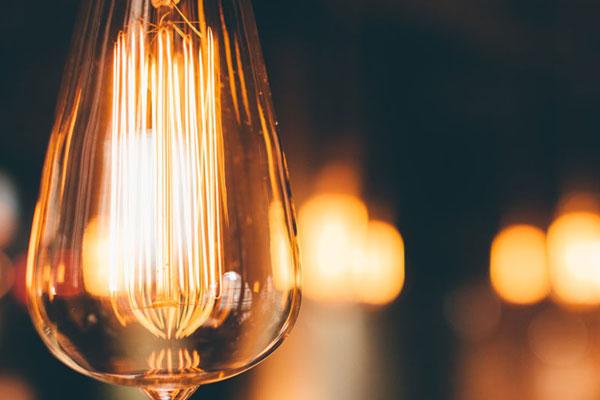 סכנות אש חבויות בבית - נורות חשמל