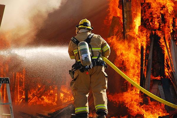 כיבוי שריפה בבניין